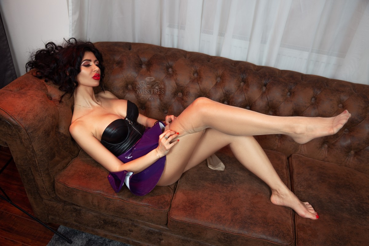 mistress-antonella-on-the-sofa-getting-naked