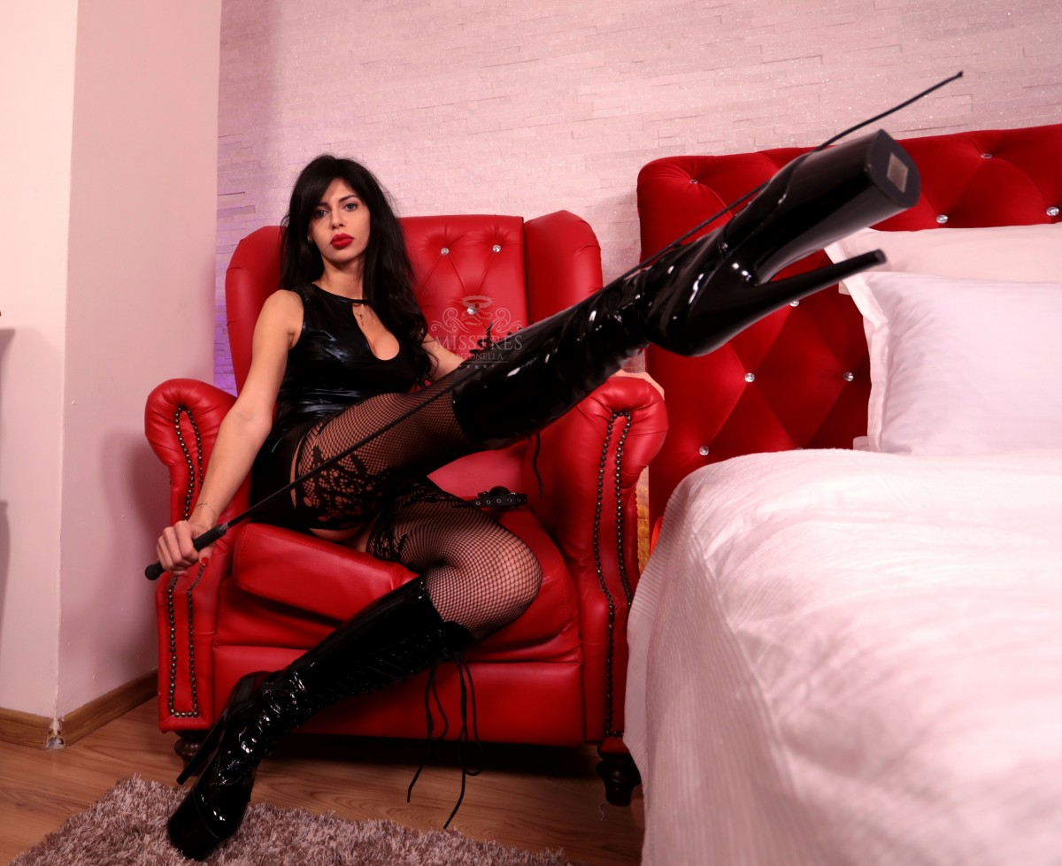 mistress-antonella-ready-to-squeeze-men-pride-with-her-boots