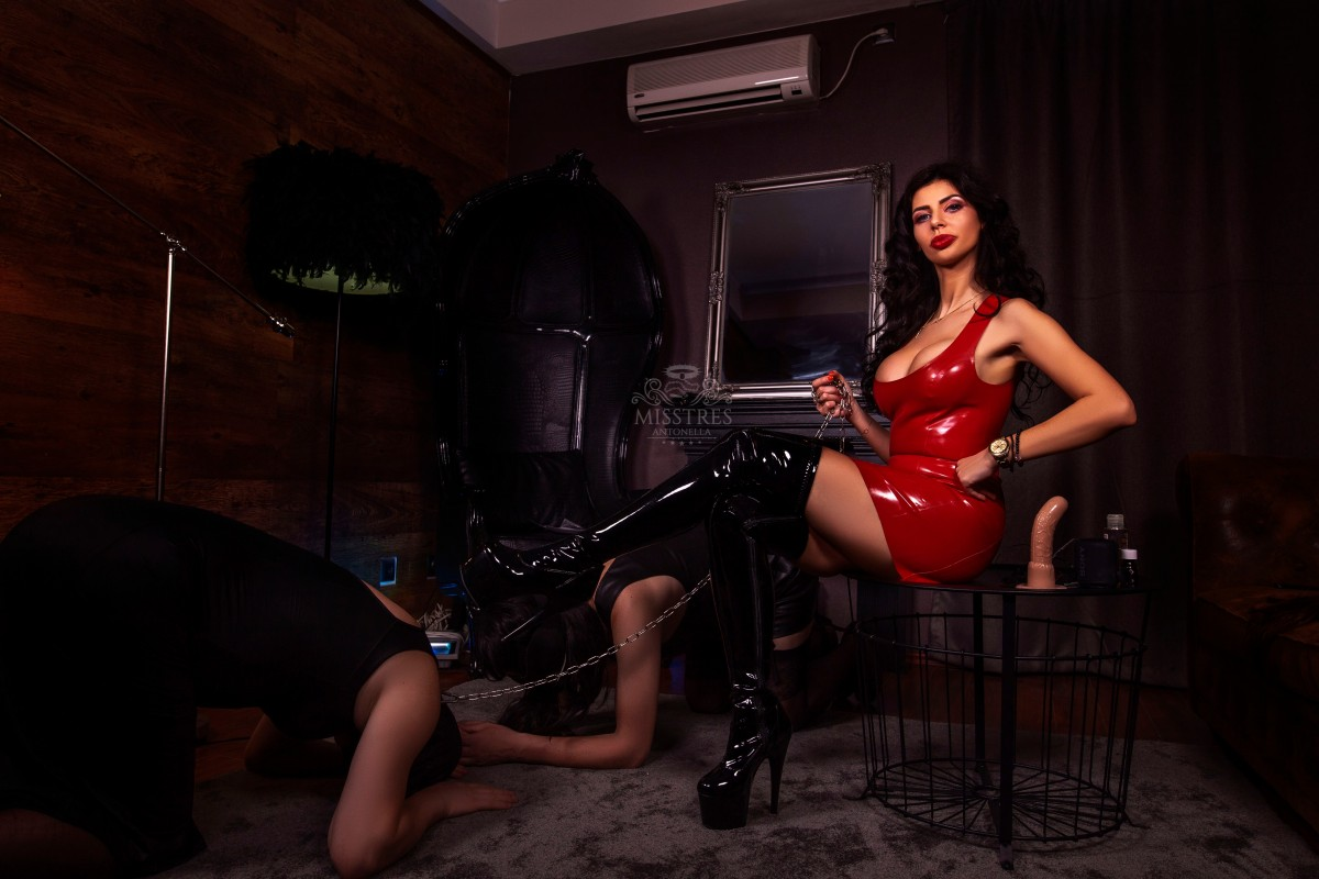 mistress-antonella-with-slaves-in-chains