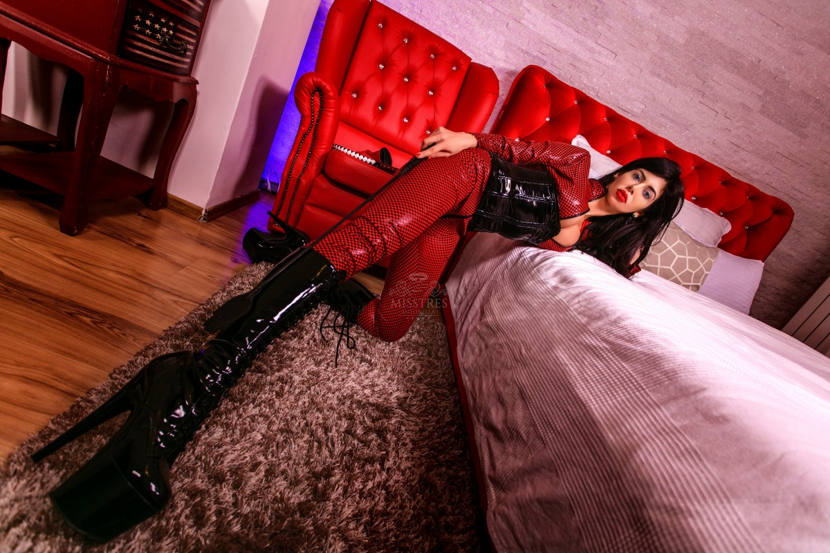 mistress antonella in black boots and latex suit