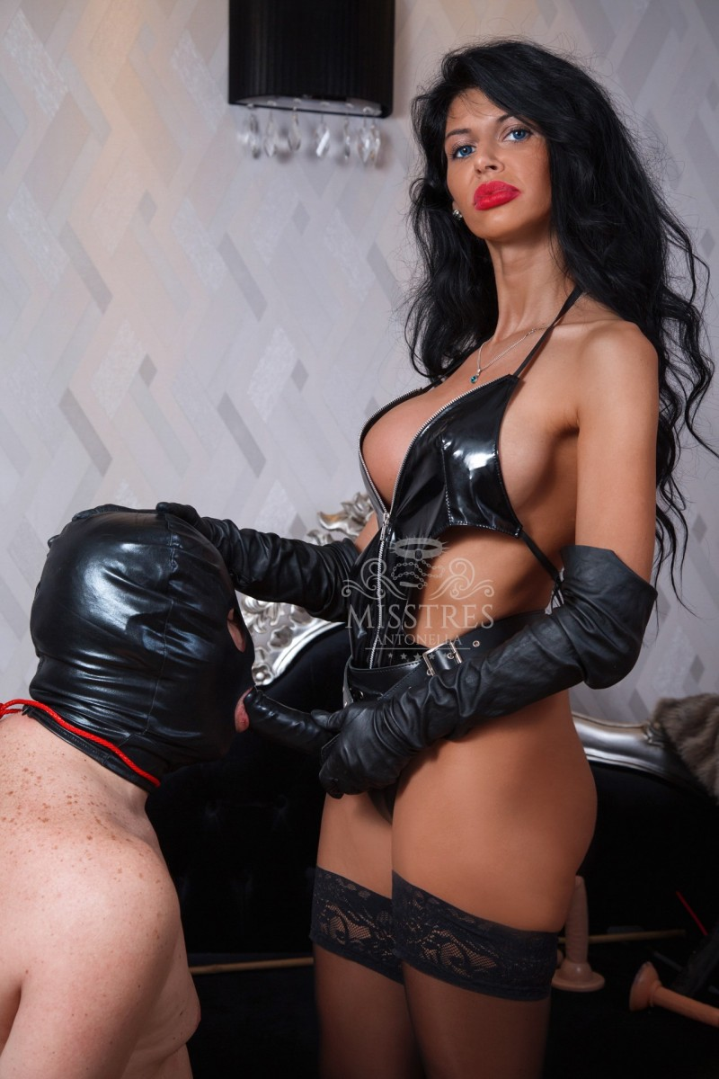 slave sucks black dildo and mistress antonella enjoys it